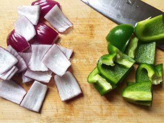 烤牛肉串,洋葱、青椒切块。