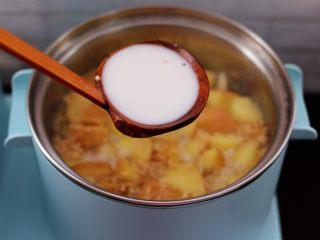 百合酒酿苹果核桃羹,淀粉提前用清水化开,倒入锅中勾芡。