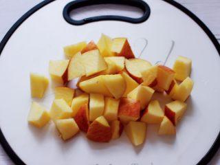 百合酒酿苹果核桃羹,苹果洗净后用刀切成小块备用。