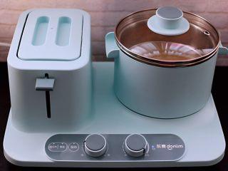 百合酒酿苹果核桃羹,盖上盖子大火烧开后转小火慢慢炖5分钟左右。
