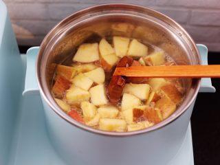 百合酒酿苹果核桃羹,加入切块的苹果。