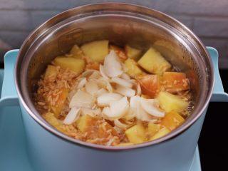 百合酒酿苹果核桃羹,待白糖融化后倒入百合。