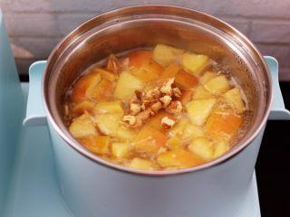百合酒酿苹果核桃羹,大火烧开后即可关火,锅上面撒上炒香的核桃即可。