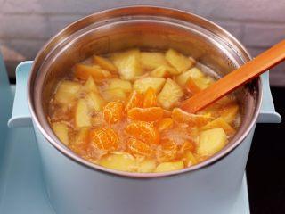 百合酒酿苹果核桃羹,这个时候可以放入橘子了。