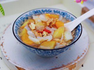 百合酒酿苹果核桃羹,酸酸甜甜又营养的百合苹果酒酿核桃羹就出锅咯。