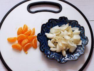 百合酒酿苹果核桃羹,把橘子剥皮后,一瓣瓣也剥出来备用。