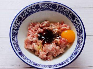 大葱猪肉发面包,猪肉馅放入一个大一点的容器里,加入花椒粉和鸡精,适量的盐和料酒,再加上老抽和生抽,最后再加入蚝油,打入一枚鸡蛋。