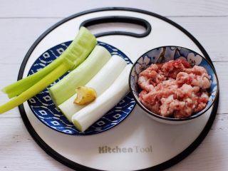 大葱猪肉发面包,首先备齐馅料的主食材。