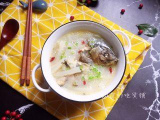 鲫鱼萝卜汤,萝卜烧酥,鱼汤也就烧好了,关火前放盐,撒一把枸杞和小葱,喜欢的话还可以撒点白胡椒。