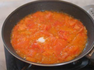 蕃茄意大利直筒面,加入适量盐、黑胡椒