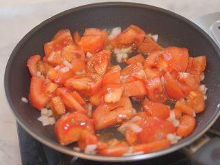 蕃茄意大利直筒面,加入切好的番茄