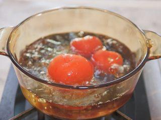 蕃茄意大利直筒面,番茄顶部切划十字,放入沸水中烫一分钟