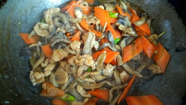 蘑菇小炒,大火烧开,翻炒均匀关火