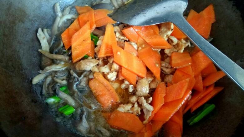 蘑菇小炒,倒入小碗中的调料