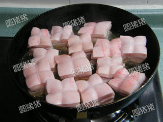 如何炖出不腻的东坡肉--酒店做法及家庭做法,平底锅内放半碗油,将肉皮朝上,中小火慢慢煎出油脂,取出肉块备用。