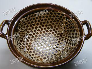 如何炖出不腻的东坡肉--酒店做法及家庭做法,取一大砂锅,锅底铺上一张竹篾。(这样防止肉块烧焦)
