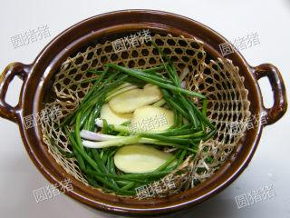 如何炖出不腻的东坡肉--酒店做法及家庭做法,在锅底垫上香葱及姜片。
