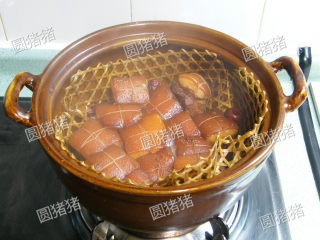 如何炖出不腻的东坡肉--酒店做法及家庭做法,约30分钟时,将猪肉翻转猪皮朝下继续焖制。约45分钟时再翻转过来,直制水份焖至只剩锅底位置。