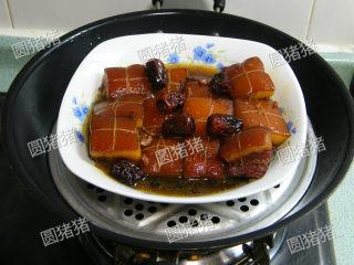 如何炖出不腻的东坡肉--酒店做法及家庭做法,锅内烧开水,将肉放上加盖大火蒸60分钟即可。