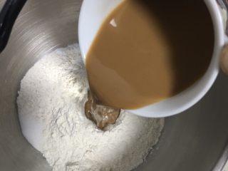 全麦咖啡果酱面包,咖啡用热水冲泡,冷却至37度后倒入厨师机。