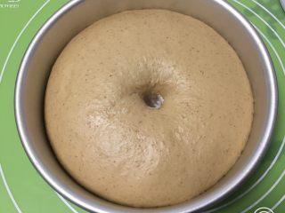 全麦咖啡果酱面包,发酵完成拿出,用手指戳一下不反弹。