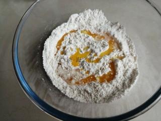 香葱苏打饼干,把牛奶酵母液和黄油液倒入面粉中