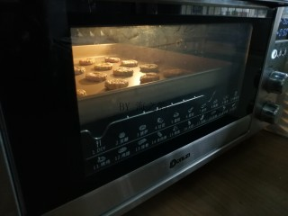 香葱苏打饼干,放入已经预热到,上火165度下火170度的东菱K40C烤箱中下层烘烤15分钟左右