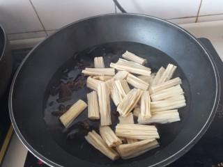 腐竹拌木耳,泡好的木耳和腐竹下锅再煮一分钟