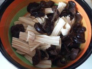 腐竹拌木耳,控水放入大碗里