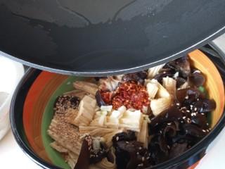 腐竹拌木耳,热油泼在上面