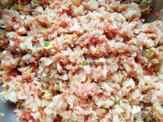 红油酸汤水饺,搅拌均匀。