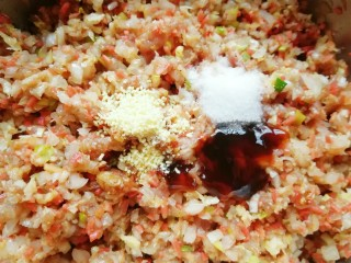 红油酸汤水饺,放盐、鸡精、蚝油、酱油和香油搅拌均匀。