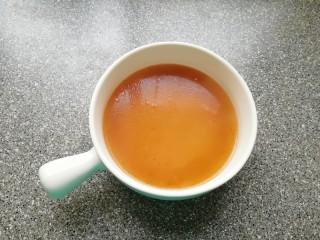 红油酸汤水饺,饺子快煮熟的时候调制酸汤:根据自己的口味将恒顺香醋、生抽、盐和鸡精放入碗里,倒入一大勺饺子汤搅拌均匀。