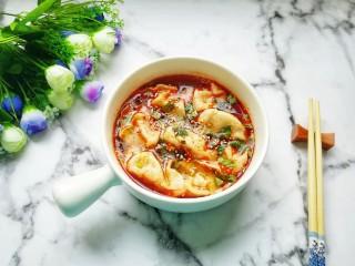 红油酸汤水饺,撒上白芝麻,红油酸汤水饺做好了。