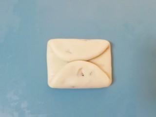 枣泥核桃卷,翻面两端对折相接。