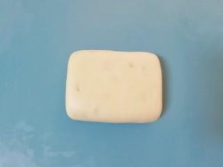 枣泥核桃卷,再次翻面,轻轻按压整形成长方形块状。