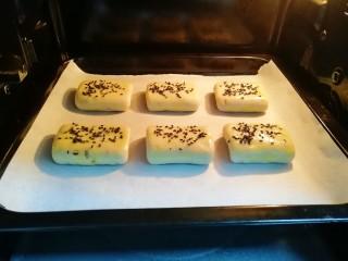 枣泥核桃卷,送入预热好的烤箱,上下管180度烤30分钟。