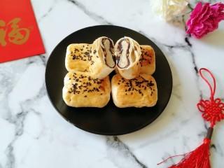 枣泥核桃卷,切开看看里面,酥皮包裹着枣泥核桃馅,太有胃口了。