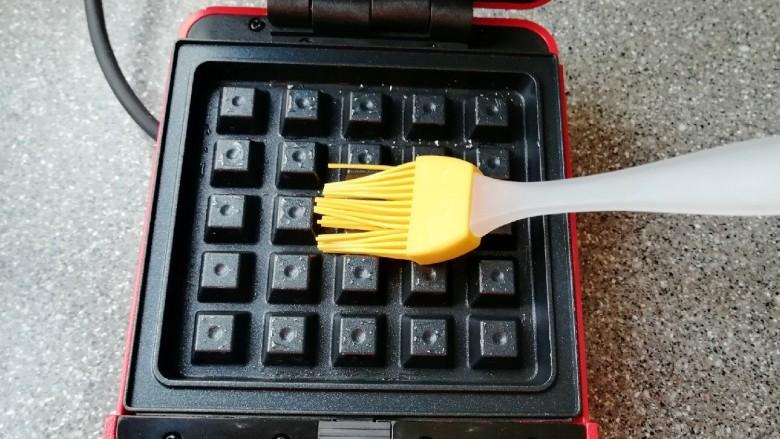 华夫鸡蛋饼,华夫饼早餐机接通电源,上下盘均匀的刷上一层食用油。