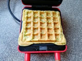 华夫鸡蛋饼,打开华夫饼早餐机盖子,鸡蛋饼变至金黄色即可。
