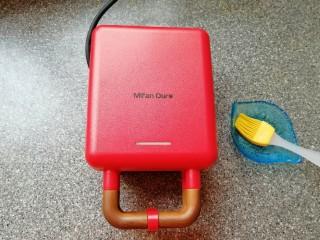 华夫鸡蛋饼,盖上盖子预热(指示灯灭了即预热完成)。