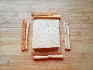 全麦蔬菜三明治,全麦吐司两片摞起来切去四边。