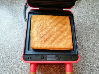 全麦蔬菜三明治,打开早餐机看到吐司变成金黄色即可。
