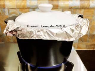砂锅烤地瓜,把洗干净的红薯都放进砂锅中,.盖上盖子,然后开中小火烤,大约需要烤四十分钟左右。