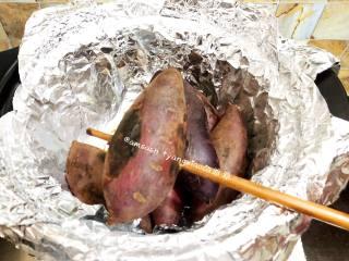 砂锅烤地瓜,烤了一段时间后,可用筷子戳红薯,如果能够轻易穿透,红薯就烤熟了。