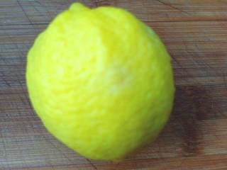 柠檬泡椒萝卜条,柠檬洗净,切片