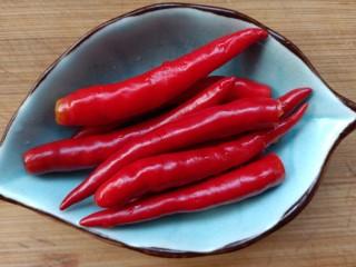 柠檬泡椒萝卜条,小米辣去根,洗净切小段备用