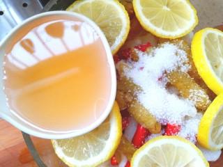 柠檬泡椒萝卜条,放入醋,糖,泡椒,泡椒水,小米辣,挤两片柠檬汁,在放入剩余的柠檬片。