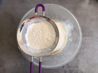 香蕉巧克力豆蛋糕,筛入低筋面粉和泡打粉,翻拌均匀看不见干面粉即可