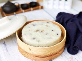 大米发糕,取出稍晾凉,四周用脱模刀划一圈就可以轻松脱模。